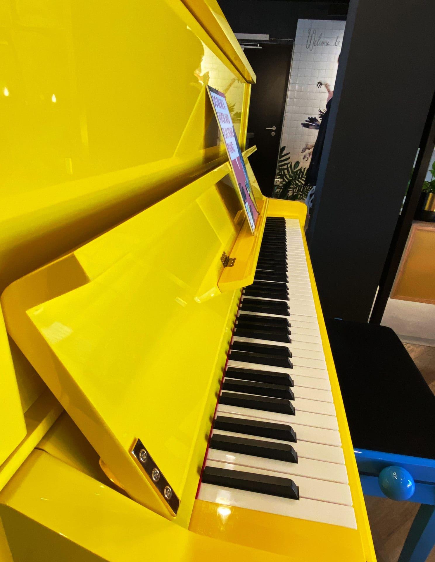 gelbes Klavier