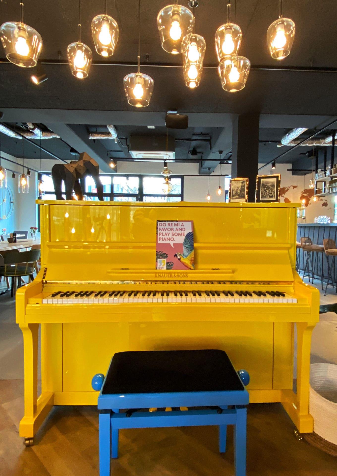 gelbes Klavier Lobby